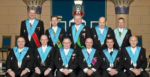 FORAN: F.B.B. Knut Five Aandal, Del.M. Knut Eirik Olsen, Dep.M. Tor Øivin Bakke, ordførende mester Tom Arthur Rommerud, Del.M. Petter Tidemann-Johannessen og A.B.B. Jan Terje Rogneby. Bak: I.B. Ole Valen, C.M. Jarle Hjeltnes, T. Vidar Remfeldt, S. Olaf Vangstein, Sk.M. Pål Arne Lutnæs. FOTO: TERJE STEN JOHANSEN