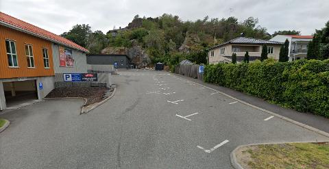 STEINKAST: På høyre side av gjerdet, bare et kort steinkast fra inngangen til Meny, ligger det kremhvite huset som nå er solgt.