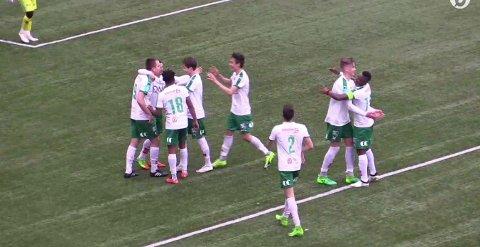JUBEL: HamKam-spillerne flokket seg rundt Ivar Sollie Rønning etter et av karrierens sannsynligvis enkleste scoringer. (Skjermdump)