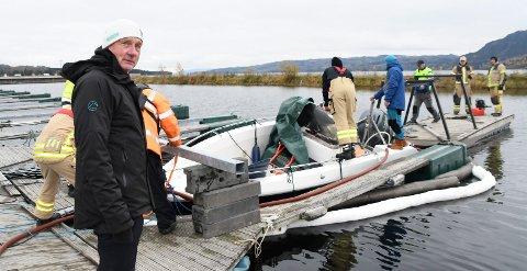 Trist syn: Vinsjebåten til Hedemarken Luftsportsklubb har fast tilhold i båthavna i Brumunddal. Lørdag ble båten funnet sunket. - Veldig trist sier Trond Arnesen, leder i luftsportsklubben.