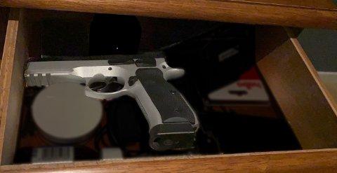 I NATTBORDSKUFFEN: En trysling er dømt for blant annet å ha oppbevart en pistol i nattbordskuffen. Våpenet på bildet har ingen tilknytning til saken. Illustrasjonsfoto: Kjetil Brorson Dahl