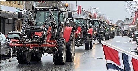 GJENNOM RENA: Traktorer på veg gjennom Tollef Kildes gate for å vise støtte til bondeopprøret.