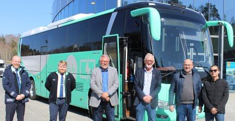 ELTURBUSS: Norges første elturbuss overlevert til Tide Buss i Bergen. Her er Christian Fjeldstad Tide), Even Fjeldstad (Tide), Glenn Rudi Baann (Tide Vestfold/Telemark), Lasse Andersen (E18 Truckcenter), Nils-Birger Ekren Ttide) og representant for det kinesiske selskapet Golden Dragon Xiamen.  Elturbusser er et nytt satsningsområde for Tide Buss.