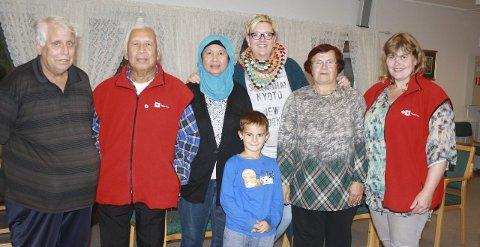 NETTVERK: Kjell Arne Lintho (fra venstre), Ahmed Nasir, Hasanah Nasir, Haris Toric, Sylvia Westby Johansen, Ismeta Toric og Else Brasetvik vil skape en møteplass.