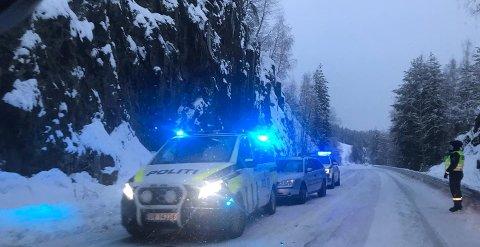 STOPPET: Politiet stoppet en stasjonsvogn i Brøttumsbakkene søndag. Føreren er mistenkt for kjøring i ruset tilstand og for innbrudd i Brumunddal.