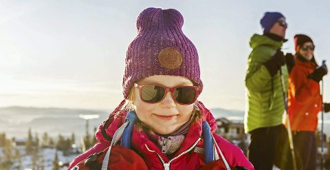 HUSK BARNA: Barns øyelinser filtrerer bort mye mindre av UV-strålingen. Når små barn skal ha på solbriller er det lurt å sette dem på mens de er ute i sola, er optikerens råd.Illustrasjon