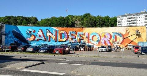 TENK STORT: Prosjektet står blant annet bak grafittiveggen i Museumsgata i Sandefjord sentrum.