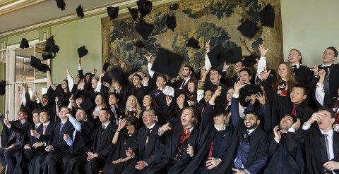 Avslutning: Det er bare å ta av seg hatten for disse Skagerak International School-elevene. I år ble det uteksaminert mye flinke folk fra skolen – «diplomas» og «awardsene» satt løst. Foto: Atle Møller
