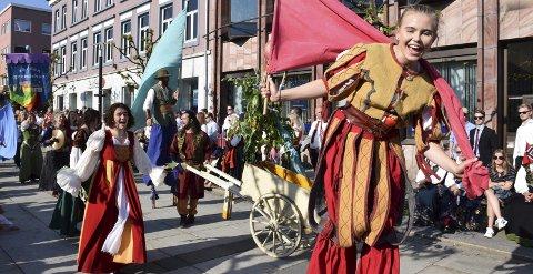 Gjøglet: Stella Polaris sang, danset og spilte seg gjennom sentrumsgatene i borgertoget. Alle foto: Morten Fredheim Solberg