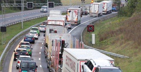 Det er tett lastebiltrafikk på mange norske veier.