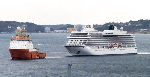 «Viking Sky» på vei inn til Vestbase i Kristiansund.