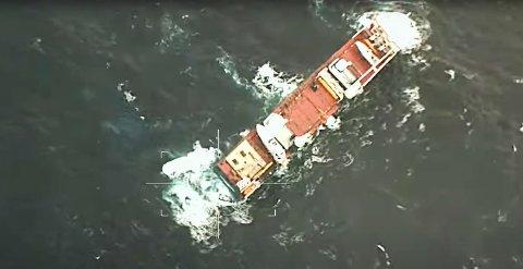 Dersom været tillater det, vil personell bli satt om bord på «Eemslift Hendrika» for å feste slepetau.