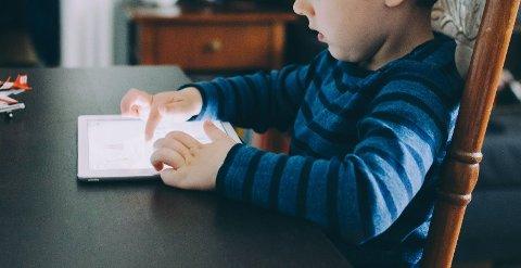 MAKS EN TIME: – Stillesittende skjermtid for barn under fem år bør ikke være mer enn én time daglig; mindre er bedre, er rådet.