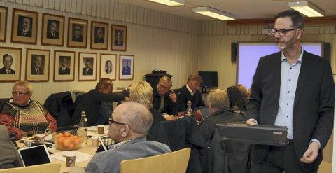 Arealplanmøte: Rådmann Kai Egil Bachér (t.h.) orienterte i tirsdagens kommunestyremøte i Etnedal.