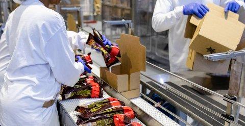 PRODUKSJONEN:Iskrem pakkes i esker på fabrikken til Diplom-Is i Skytta.