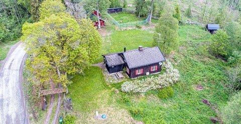 VEKKERNASJONALOPPSIKT:Dronebilde av småbruket i Stuaveien 121.