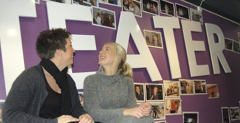 REVY: Nathalie (til høyre) har fra før av vært engasjert i Frilynts teater- og revyliv, og var derfor ikke et ukjent ansikt for Tale (til høyre)