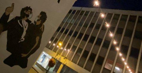 KUNST: «The lovers vol II» er plassert på veggen til Agder Kunstsenter i Kristiansand.