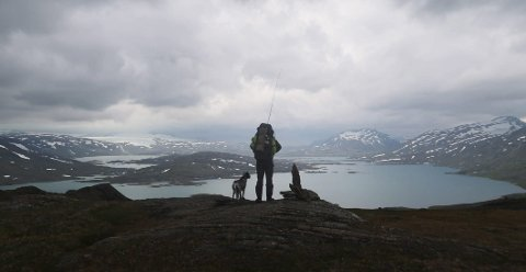 Naturopplevelser: Håkon Øgsnes Solhaug hadde mange fine opplevelser underveis.– Det kunne være gleden ved å få fisk, se flott natur og til og med en bjørn. Det var også godt når jeg kunne overnatte i hytter eller koier der jeg lå godt og samtidig fikk tørket klærne mine, forteller han. Her sammen med hunden Kela til broren Lars.