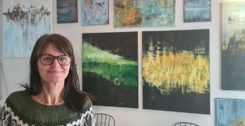 – Det er ikke så stor plass i galleriet, og jeg liker å male stort, så jeg må bare fortsette å male hjemme på kjøkkenet, forteller Elisabeth Larem som satser på kunsten i voksen alder. Det er sparepengene hun investerer når hun åpner nytt galleri i sentrum av Bodø. FOTO: Privat