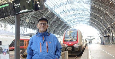 Togpassasjer Olav Henriksen (85) fra Arna elsker Bergensbanen og reiser jevnlig med lokaltoget. Han er glad for at svenskene ikke skal overta driften. FOTO: EIVIND A. PETTERSEN