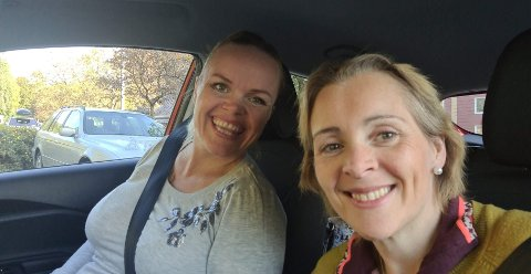 Venninnene Laila Drange (t.v.) og Anne-Grethe Morland tok dette bildet da de stoppet på en rasteplass langs E16. Minutter senere kjørte de forbi et steinras.