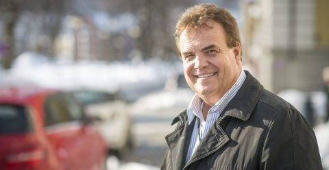 NÅ MED VIELSESMYNDIGHET: Odd Myklebust er en av de seks administrativt ansatte i nye Drammen kommune som har vigselsmyndighet. Han er tidligere samfunnsredaktør i Drammens Tidende, og nå taleskriver for ordføreren.