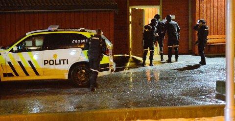 En mann i 40-årene ble skadet etter kuttskader på en adresse i Hokksund sentrum.