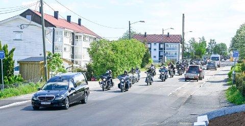 EN SISTE REISE: Bak bårebilen fulgte over 150 motorsykler.