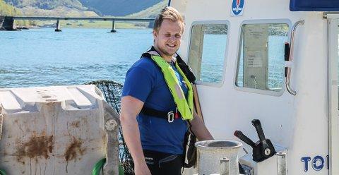 FISKEDOKTER: Andreas Berge (28) jobbar på Osland Havbruk i Bjordal.