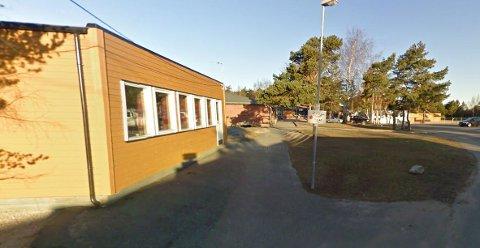 Det var i ett av klasserommene i de fire brakkene det falt ned to takplater
