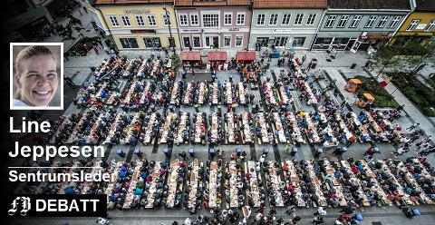 Gratis lunsjbord på Stortorvet lørdag 15. september er det nye store løftet fra Fredrikstads restauranter sammen med Kirkens Bymisjon. Bildet viser det store rekebordet fra byjubileet i fjor.