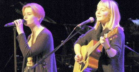 EGNE SANGER: Hanne Løvberg (t.v.) og Vilde Andreassen framførte sanger som sistnevnte har laget under Frelsesarmeens julekonsert.BILDER: SIGMUND FOSSEN