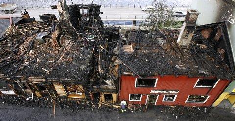 TOTALSKADD: Det var ikke mye igjen av huset der Lt. Creutz pub holdt til. Også nabohuset fikk store skader. Brannen natt til 17. august 2007, var påsatt.