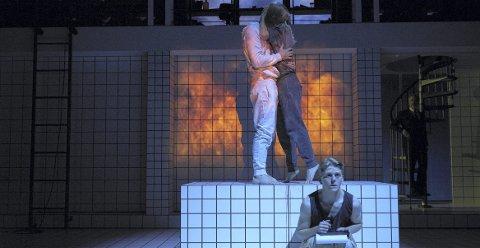 LENGSEL: Hvor mye kan vi ofre oss for kjærligheten? Jonas Strand Gravli spiller unggutten Robin i det kritikerroste stykket «Renset» på Nationaltheatret.