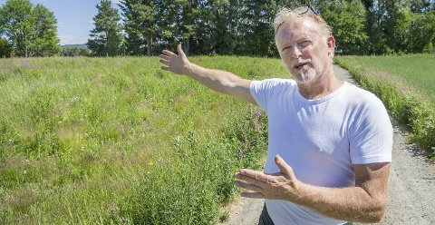 LANGHUS: Da arkeologene undersøkte området rundt den gamle kirken Fyrilunda på Kirkemo i Brandval oppdaget de et langhus like ved Glomma, forteller Steve Andersson.