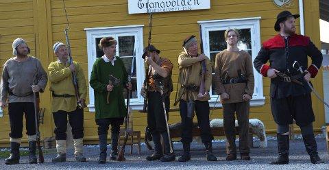 KRIG: Hadelendingene er klare for å møte Karl XIIs soldater på Harestuskauen. Hovedpersonen Gregers Granavolden, spilt av Ola Morstad, til høyre.