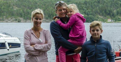 Blåser bort: Marianne Horne (f.v.), Torkel, datter Marte (6) og gjest Ola Konrad Moe (11) har fått kjenne blåsten på østlandet.