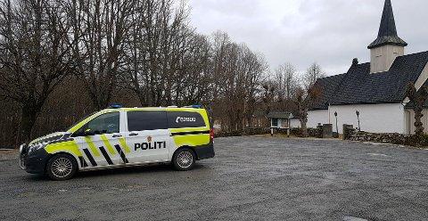 Politiet har tatt oppstilling ved Idd kirke.