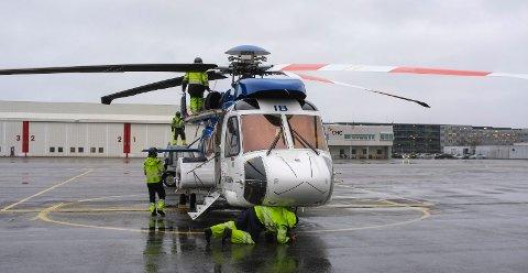 SIKKERHETSSJEKK: Helikopteret som tok oss ut til Johan Sverdrup-feltet, en Sikorsky S92. Så snart det landet på Sola, startet fire personer en sikkerhetssjekk. Hver dag lander tre-fire helikoptere ute på feltet.