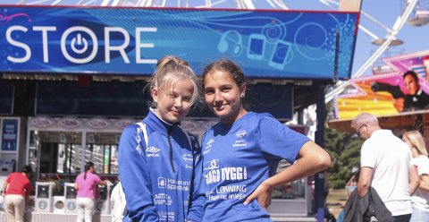 GLEDER SEG: Frida Jøsang (14) Hannah Bannister (14) på Falkeids J14-lag var søndag på Norway Cup-tivoliet på Ekebergsletta. FOTO: Morten Asbjørnsen