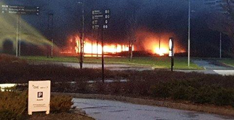 Kraftige flammer fra bilene som står i brann.