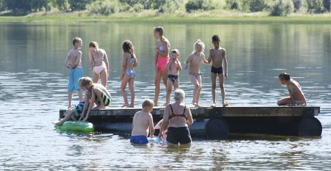 Folksomt: På badeplassen ved Baågneset var det folksomt i går. Ungene storkoste seg i vannet det meste av dagen.  Foto: Svein Sjølie