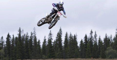 Norgesmester: Cornelius Tøndel er i juniorklassen. Her tar han et triks som kalles en «whip».  Det er når førerne legger sykkelen så vannrett som mulig i luften.