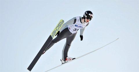 BEDRE HOPPING: Emil Storjord Vilhelmsen i svevet på Lillehammer under norgescupen i kombinert lørdag. Han har forbedret hoppinga, og er nå klar for COC-renn.