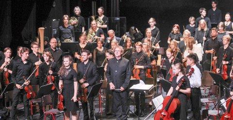 VEL BLÅST: Dirigent Nicholas Carthy foran Toppensymfonikerne etter at de har avsluttet Festspillene Helgeland med symfonisk festkonsert.  Foto: Per Vikan