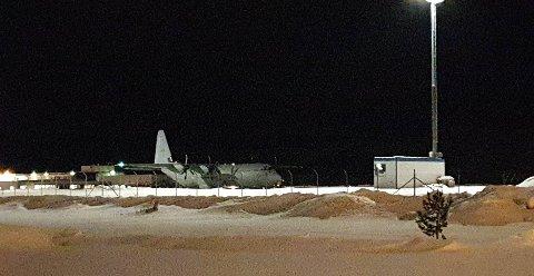 ENORME KOSTNADER: Bombetrusselen som satte Alta flyplass ute av spill onsdag, kan bli svært kostbar og regnes som en terrorhandling ifølge politiets påtaleleder. Her har politiets bombegruppe fått skyss til Alta av Forsvaret.