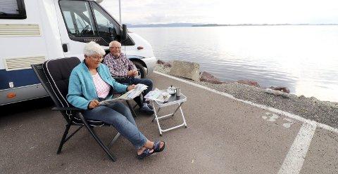 Flott morgen: Turid og Eivind Falkensten fra Sandefjord med frokost, avis og kaffe ved nydelig utsikt torsdag morgen. Foto: Pål Nordby