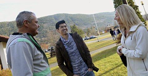 KOORDINATOR: Olav Thoen (t.v.) er flyktningkoordinator i Nore og Uvdal kommune. Her sammen med Line Bjørnestad (t.h.) fra frivilligsentralen i Nore og Uvdal og den afghanske flyktningen Mehdi Amani i 2015. Mehdi går nå på skole i Oslo.