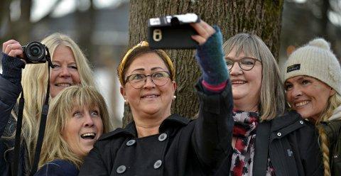 Fotosesjon: Damene lot ikke anledningen gå fra seg til å leke seg med kameraer og telefoner.